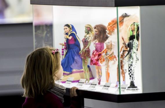 Une fillette admire des poupées Barbie à l'Expo Barbie présentée à Montréal. (La Presse Canadienne, Paul Chiasson)