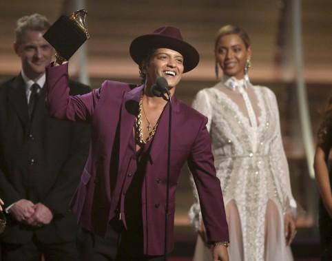 Bruno Mars a récolté deux gramophones: celui de l'Enregistrement de l'année et de la meilleure performance d'un duo ou groupe pop. (AP, Matt Sayles)