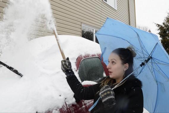 Samantha Boucher de Trois-Rivières a sorti son parapluie pour déneiger. (Sylvain Mayer, Le Nouvelliste)