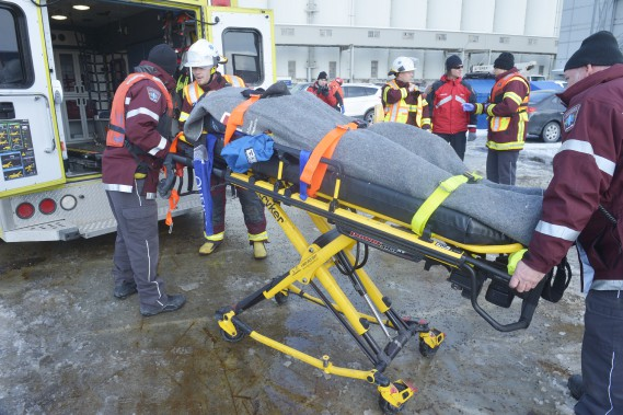 À quai, une ambulance était présente pour conduire la «victime» vers un centre hospitalier. (Le Soleil, Jean-Marie Villeneuve)
