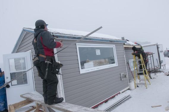 La cabane étant croche, les ouvriers ont dû ajuster les fenêtres en fonction du revêtement extérieur pour que tout semble bien droit. L'illusion d'optique est parfaite! (Michel Tremblay)