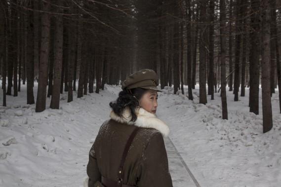 Troisième Prix dans la catégorie Reportage à long terme: «Corée du Nord, la vie sous le culte de Kim», de David Guttenfelder, d'Associated Press, avec une soldate nord-coréenne qui marche en forêt près de l'endroit où le leaderKim Il Sung aurait combattu les Japonais au pied du mont Paektu. (Fournie par World Press Photo)