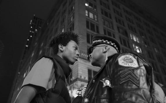 Troisième Prix catégorie Contemporain: «Marche contre la violence policière», de John J. Kim du Chicago Tribune, montre un Noir défiant un agent lors d'une manifestation qui a suivi le décès de Laquan McDonald, abattu par la police de Chicago en novembre 2015. (Fournie par World Press Photo)