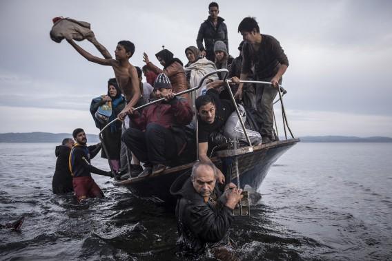 Premier Prix Actualités: «Crise des réfugiés en Europe» de Sergey Ponomarev, du New York Times, montre un bateau de réfugiés arrivant sur l'île de Lesbos, en Grèce, le 16 November 2015. (Fournie par World Press Photo)