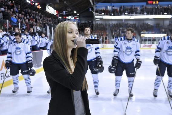 La candidate de l'émission La Voix, Sophia-Rose Boulanger, a interprété l'hymne national. (Photo Le Quotidien, Rocket Lavoie)