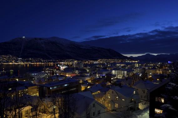 Tromsø est une villede toundra entourée de fjords et de montagnes, oùle soleil ne daigne pas saluer l'horizon de novembre à janvier. ()
