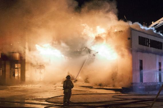 Une cinquantaine de pompiers ont été appelés à combattre un incendie au 2510 rue Dubose à Jonquière. (Photo Le Progrès-Dimanche, Michel Tremblay)