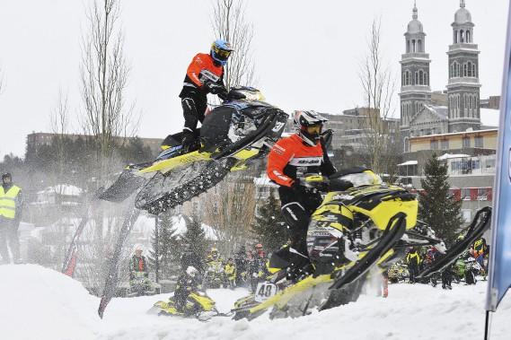 Présenté pour la première fois sur la Zone portuaire de Chicoutimi, le Snowcross a attiré plusieurs personnes qui ont été nombreuses à venir voir de près les prouesses des meilleurs pilotes du circuit québécois. (Photo Le Progrès-Dimanche, Rocket Lavoie)