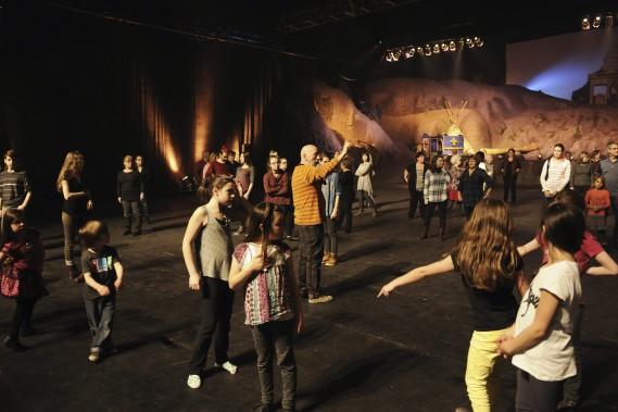 Le directeur artistique de <em>La Fabuleuse histoire d'un Royaume</em>, Louis Wauthier (en jaune au centre), fait répéter les comédiens. (Photo Le Quotidien, Mariane L. St-Gelais)