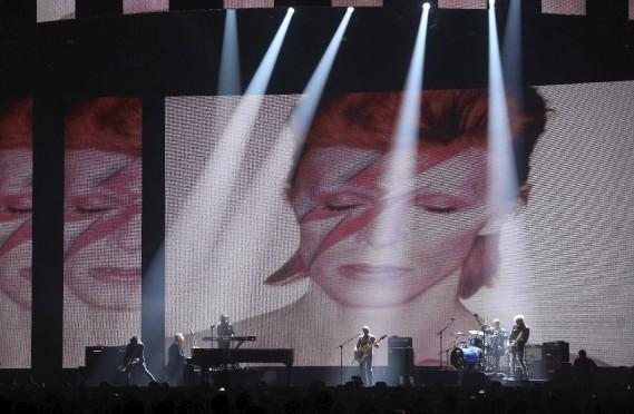 Un hommage à David Bowie a été rendu avec le groupe qui l'accompagnait. (AFP, Justin Tallis)