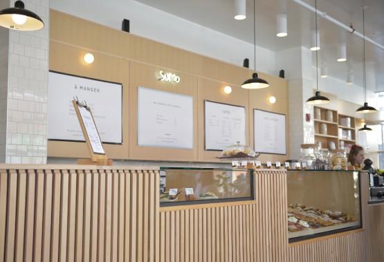 Le bois d'épinette s'invite partout: sur les lattes du bar, sur les tables. (Le Soleil, Yan Doublet)