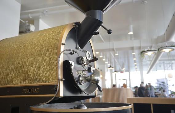 Le torréfacteur, superbe machine allemande importée au look art déco (Le Soleil, Yan Doublet)