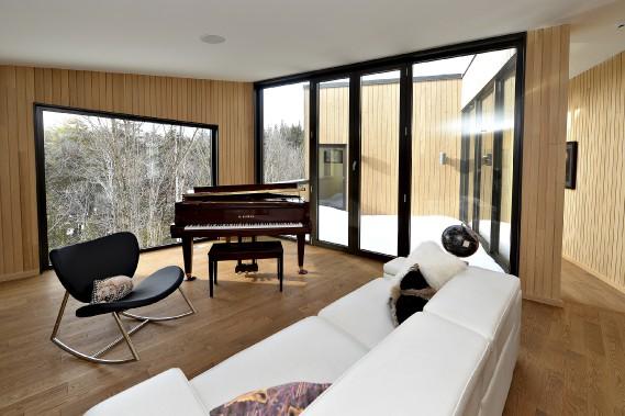Une petite terrasse est enserrée entre cette mezzanine (à l'avant-plan) et la suite principale, au bout du corridor. (Le Soleil, Patrice Laroche)