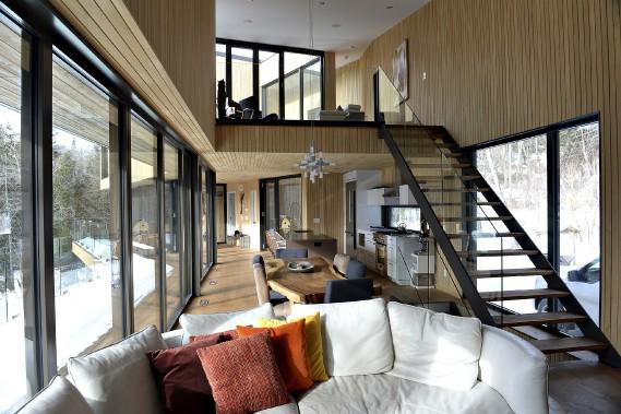Les murs de cèdre blanc de l'Est et les planchers de chêne huilé composent un intérieur en harmonie avec la nature. (Le Soleil, Patrice Laroche)