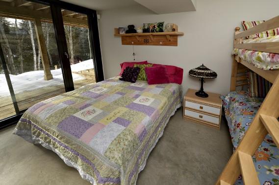 Cette chambre aménagée comme un dortoir au rez-de-jardin est dotée d'un plancher de béton radiant. (Le Soleil, Patrice Laroche)