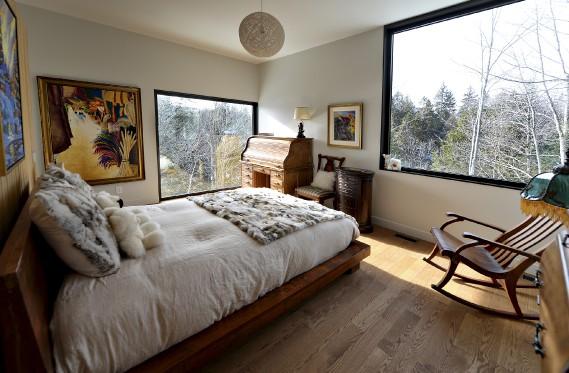 La chambre principale est égayée par des toiles, des coussins, du mobilier ancien, ainsi que par une forêt apaisante. (Le Soleil, Patrice Laroche)