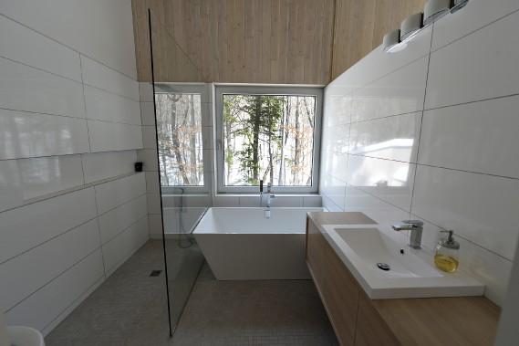 Les arbres semblent intégrés à la salle de bain. (Le Soleil, Patrice Laroche)