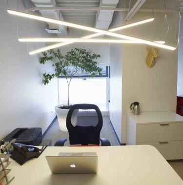 À la fois originales et fonctionnelles, des bandes de DEL ont été installées dans ce bureau. (Photo Boiteau, François Therrault)