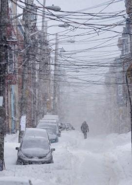 Faute de trottoirs déneigés, plusieurs piétons ont dû se résigner à marcher en plein milieu des rues. (Le Soleil, Yan Doublet)