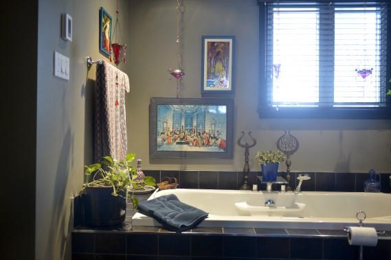 Une oeuvre composée de carreaux de céramique trône au-dessus de la baignoire. (Le Soleil, Jean-Marie Villeneuve)