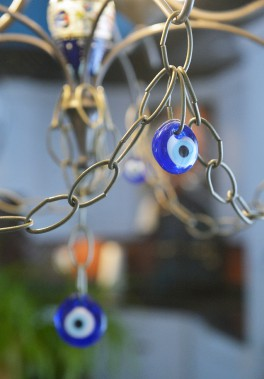 Ce talisman est suspendu à la lampe de la salle à manger. (Le Soleil, Jean-Marie Villeneuve)