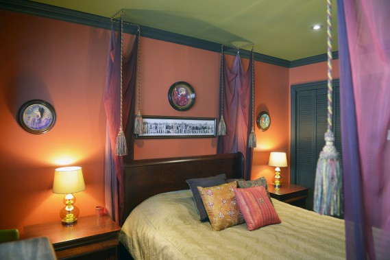 Le couple a voulu donner à son lit «un effet de baldaquin sans le baldaquin». (Le Soleil, Jean-Marie Villeneuve)