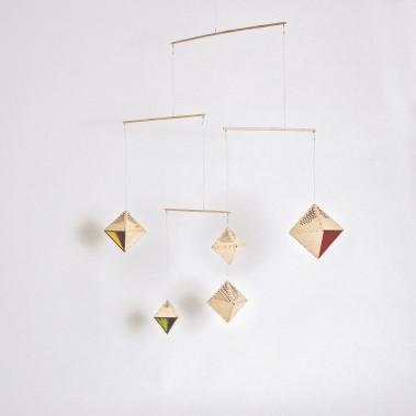 Mobile Jörgen en bois de pin et fils métalliques, une conception de Catherine Chevalier et de Maude Masson ()
