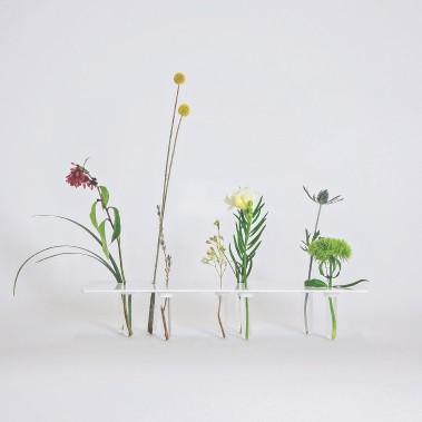 Le vase Bouquet prude, en feuille d'aluminium, éprouvettes et plâtre laqué, une conception de Francis Gaignard et de Gabriel Lemelin ()