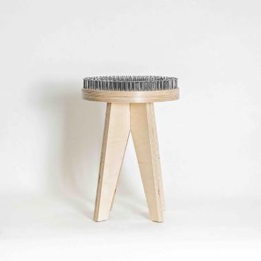 Tabouret intitulé Le Constructeur, réalisé en contreplaqué russe et clous de charpentier. Une conception de Christophe Lafleur-Chartier, Charles-André Ouellette et Guy-David Paradis. ()