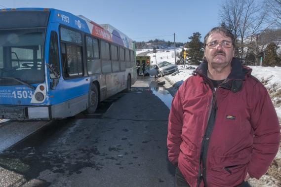 Steeve Tremblay était dans l'autobus lorsque l'impact s'est produit. Il affirme que le conducteur a tenté d'éviter la voiture, mais en vain. (Photo Le Quotidien, Michel Tremblay)