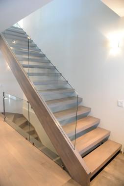 Le propriétaire a passé des nuits à imaginer l'escalier sur mesure. Si les marches ont l'air de flotter, il y a tout un système d'ancrage invisible dans le mur. (Le Soleil, Erick Labbé)