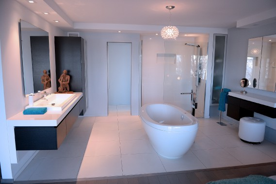 La chambre principale comporte une salle de bain ouverte et une baignoire autoportante. (Le Soleil, Erick Labbé)