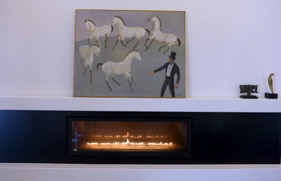 Ces chevaux semblent danser au rythme des flammesdans la toile<em>En piste</em>, de Guy Paradis. (Le Soleil, Erick Labbé)