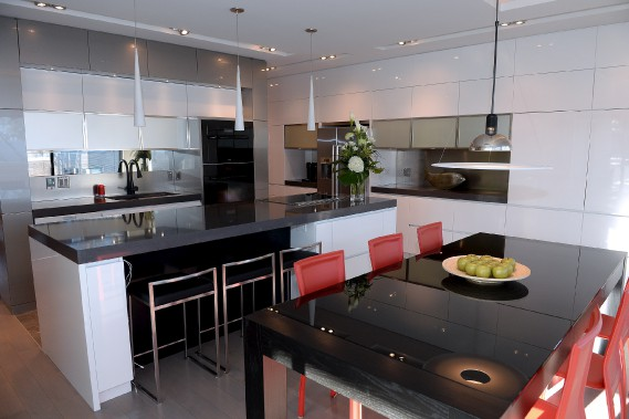 La propriétaire a dessiné sa cuisine de A à Z. Ébénisterie JM Gagnon et fils, en Beauce, s'est chargé de la réalisation. (Le Soleil, Erick Labbé)