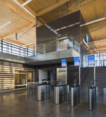 Le hall de neuf mètres de hauteur est orienté sud et très lumineux. À droite, le circuit des départs. (Stéphane Groleau)