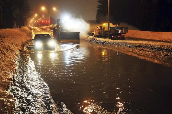 Vers 20h, mercredi, un automobiliste a fait appel aux autorités, alors qu'il circulait sur le boulevard Barrette, près de la rue Malraux. L'accumulation d'eau y était très importante et des employés de la Ville de Saguenay y ont été dépêchés, afin de régler la situation. (Photo Le Quotidien, Rocket Lavoie)