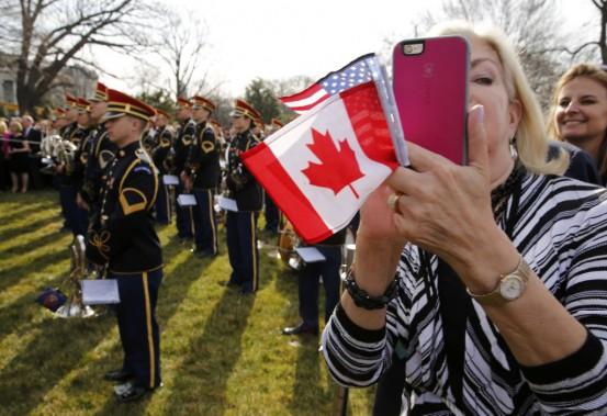 Plus de 3000 personnes ont assisté à la cérémonie d'accueil tout en mitraillant la scène avec les appareils photo. (Photo Jonathan Ernst, Reuters)
