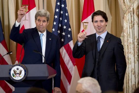 John Kerry et Justin Trudeau lèvent leur verre lors d'un dîner au Département d'État. (AP, Manuel Balce Ceneta)