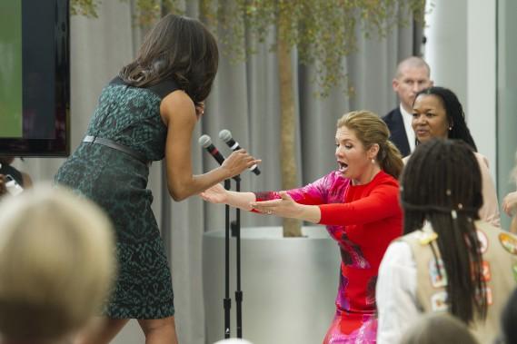 Michelle Obama a fait un faux pas pendant la conférence de presse à l'Institut de la Paix, sous l'oeil effaré de Sophie Grégoire, qui lui a porté secours. (AP, Cliff Owen)