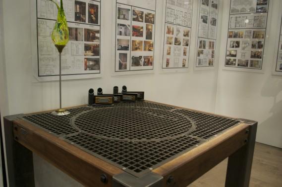 On craque pour cette table dont le dessus est fait d'un puisard. À voir au kiosque de la Firme Édith Harvey Designer. (Mélissa Bradette)