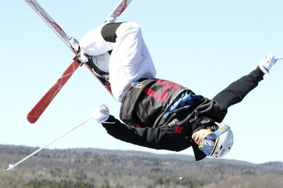 Mikaël Kingsbury (sur cette photo) et plusieurs autres skieurs d'élite spécialisés dans l'épreuve des bosses, dont les soeurs Dufour-Lapointe, se sont entraînés vendredi au Camp Fortune, en vue des Championnats canadiens qui s'y dérouleront au courant du week-end. Il s'agit du 40eanniversaire de cette compétition, anniversaire souligné par un retour aux sources puisque le premier Championnat canadien de ski de bosses s'est tenu au Camp Fortune. (Patrick Woodbury, LeDroit)