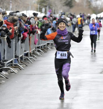La 2e fois aura été la bonne pour Lynda Gingras qui a été la plus rapide des femmes au 15 km des Pichous. Elle a eu droit aux nombreuses félicitations de la grande famille des coureurs de la région. (Photo Le Progrès-Dimanche, Rocket Lavoie)