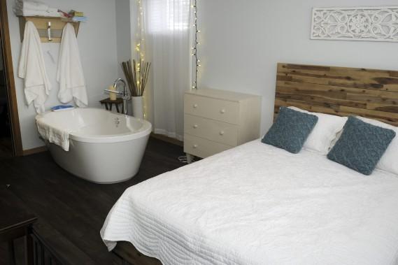Les chambres d'accouchement offrent une ambiance calme et chaleureuse. Les femmes peuvent également essayer d'accoucher dans l'eau dans le bain qui se trouve dans chaque chambre de la maison des naissances. (Photo Le Quotidien, Mariane L. St-Gelais)
