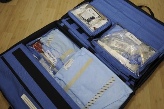 Voici la grosse valise que la sage-femme doit apporter lorsqu'elle se rend au domicile pour un accouchement. En plus de ce bagage, un énorme bac contenant plusieurs outils et équipements se trouve déjà chez la future maman. (Photo Le Quotidien, Mariane L. St-Gelais)