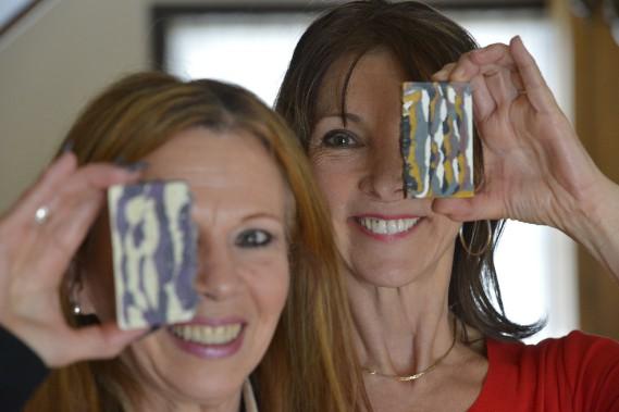 Sylvie Giguère et Joëlle Tarissan, deux amies, fabriquent depuis deux ans presque tous les produits de beauté qu'elles utilisent quotidiennement. Un passe-temps créatif qui demande un peu de temps et un léger investissement de base. (Le Soleil, Yan Doublet)