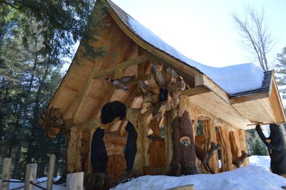 Ouverte au public depuis l'automne dernier, la cabane enchantée est une création fabriquée entièrement à la scie mécanique par l'artiste Michel Therrien. (Benoit Sabourin, LeDroit)