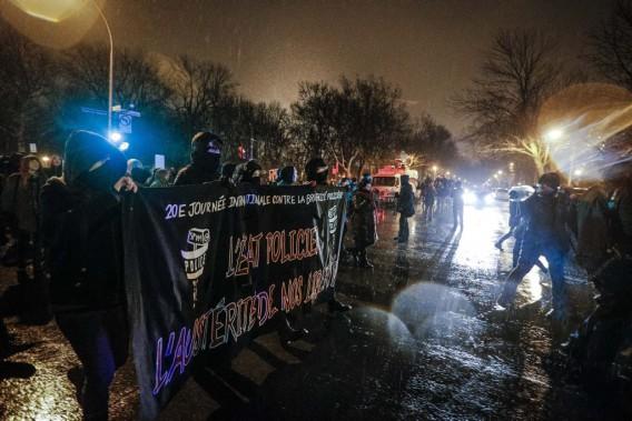 Environ 250 manifestants ont participé à la marche contre la brutalité policière, mardi soir, dans le centre-ville de Montréal. (OLIVIER PONTBRIAND, LA PRESSE)
