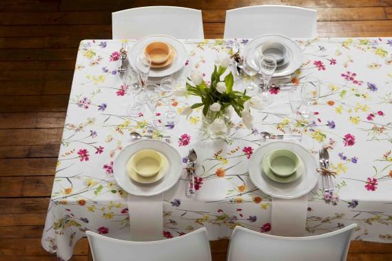 Chez Simons, les fleuris et pastels sont très présents sur la table ce printemps. Pour Pâques, on propose un look simple, mais élégant, avec des pastels atténués. Il ne faut pas se gêner pour combiner les couleurs. On accessoirise le tout avec des objets classiques, sans oublier les fleurs. On peut également opter pour des assiettes serties de fines rayures dans les mêmes tons que les accessoires. (Photo Simons.ca)