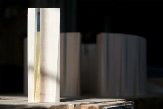 À une semaine de la tenue du gala, les trophées devaient encore passer l'étape du ponçage et de la finition. Ensuite, celle du polissage. «Une fois toutes ces étapes franchies, ils s'en vont à la gravure laser afin que le logo du gala soit inscrit, ainsi que la catégorie qu'ils représentent (mais sans le nom du lauréat!). Le trophée est fait de bois d'érable massif. Il sera laqué blanc mat... (PHOTO FRANÇOIS ROY, LA PRESSE)