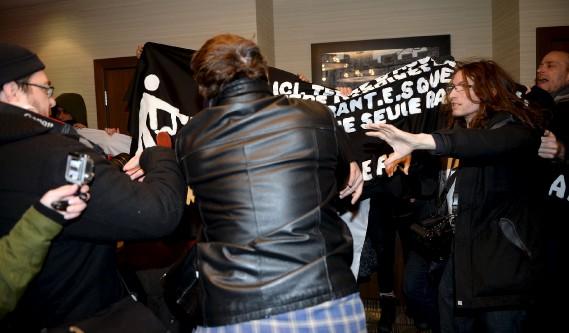 Une altercation s'est d'ailleurs produite entre un manifestant et un homme de l'entourage de M<sup>me</sup> Le Pen. (Le Soleil, Erick Labbé)